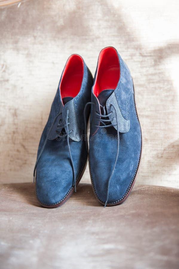 Пара элегантных синих шушевых туфель для мужчин стоковые фотографии rf