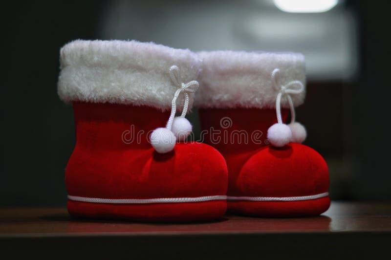 Пара deco ботинка santa с темной предпосылкой стоковое изображение rf