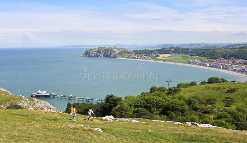 Пара Hikers на большем максимуме Orme над Llandudno, Уэльс, GB, Великобританией стоковые фото