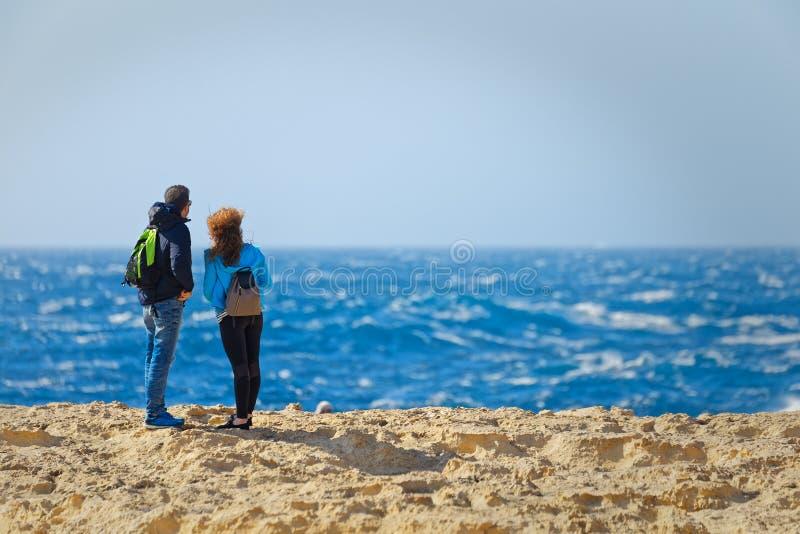 Пара hikers осматривает море Мальты стоковое изображение rf