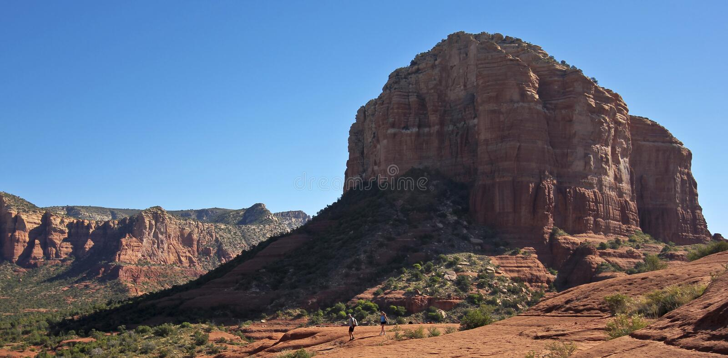 Пара Hikers спускает след утеса колокола стоковая фотография rf