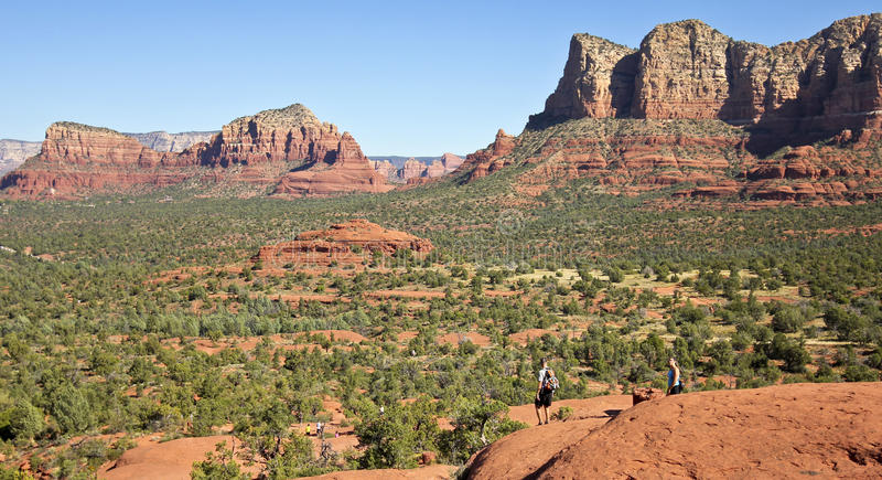 Пара Hikers спускает утес колокола стоковое фото rf