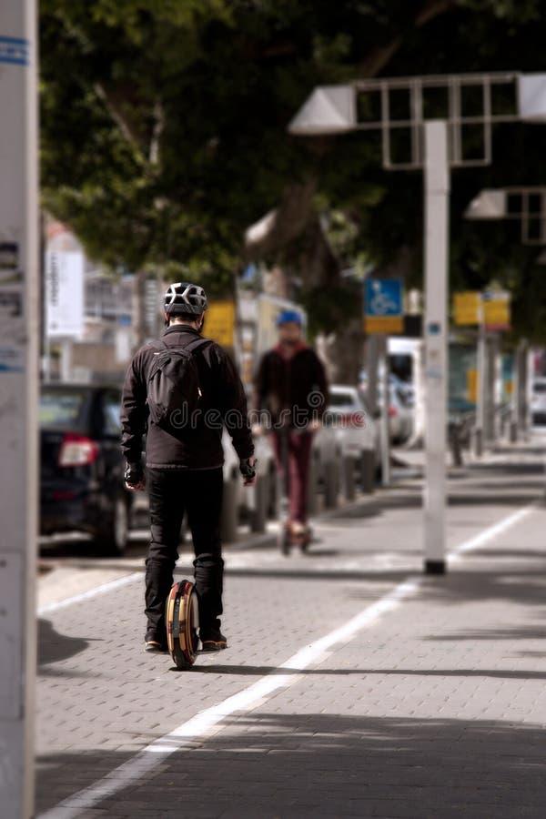 Парень едет на тротуаре на monowheel стоковая фотография