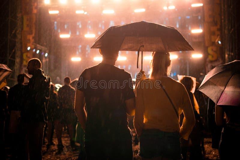 Парень и подруга на концерте стоковая фотография