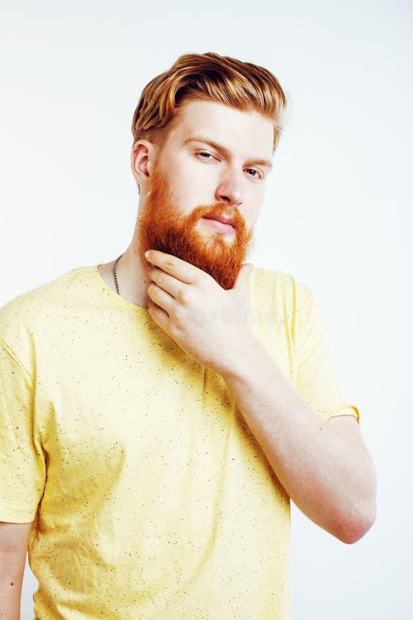 Парень молодого красивого битника бородатый смотря зверское изолированное на белой предпосылке, концепции людей образа жизни стоковое изображение rf