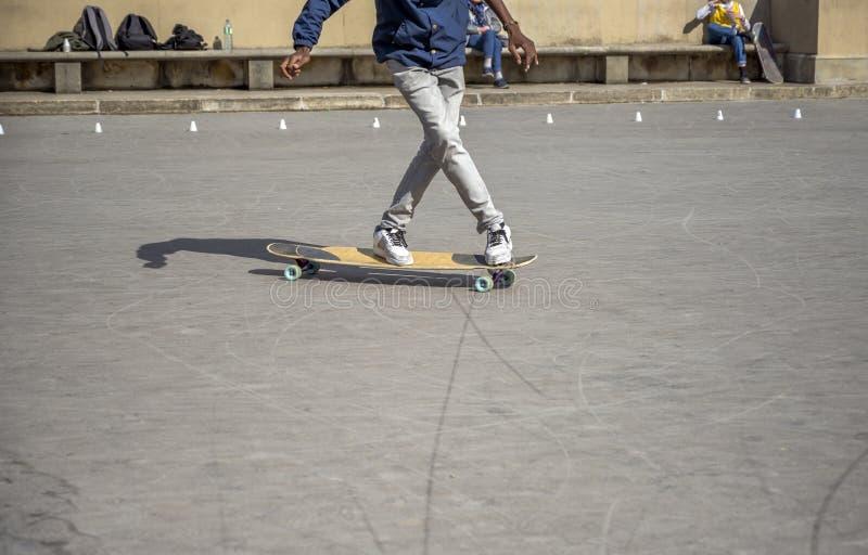 Парень пишет пируэты на скейтборде на особом районе для тренировки стоковое изображение rf