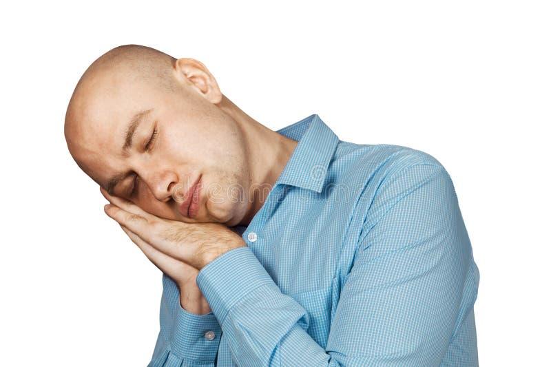 Парень портрета задумчивый лысый сидит бодрствующее от сигнала тревоги раннего утра и идет работать в офисе на изолированной бело стоковое изображение