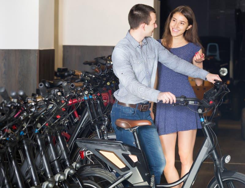 Парень порции работника взрослый для того чтобы выбрать велосипед на арендном агенстве стоковые фото