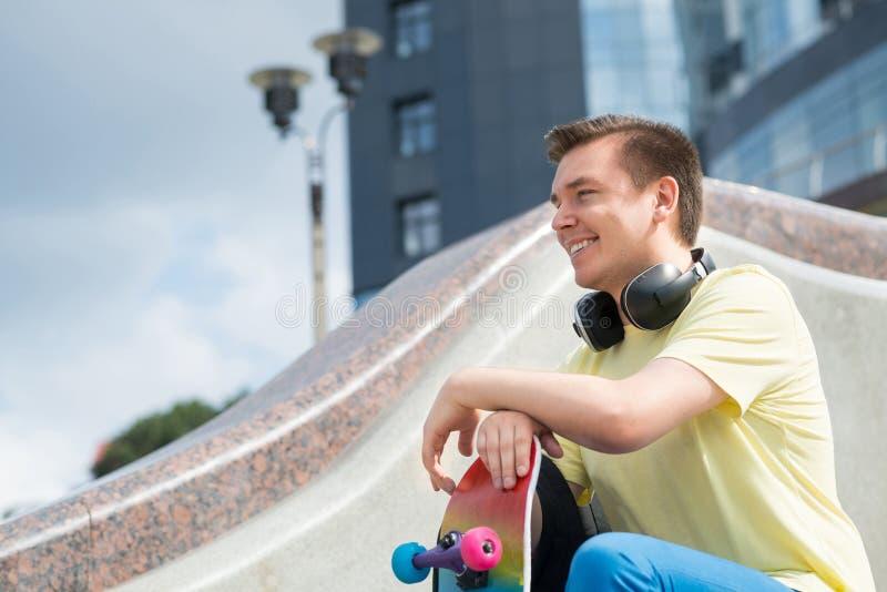 Парень скейтборда стоковое фото