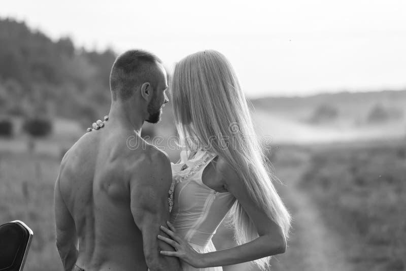 Парень с девушкой в поле на мотоцикле стоковое фото