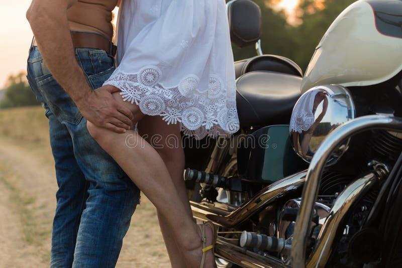 Парень с девушкой в поле на мотоцикле стоковые изображения