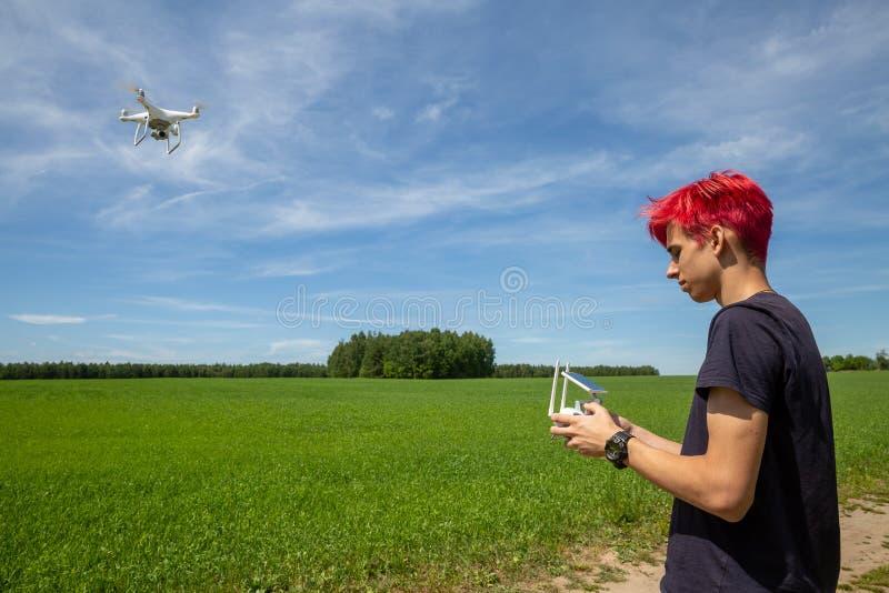 Парень с красными волосами летает трутень стоковое изображение