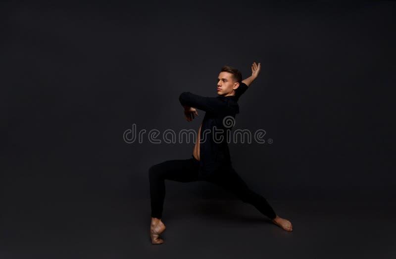 Парень танцует стоковые фотографии rf