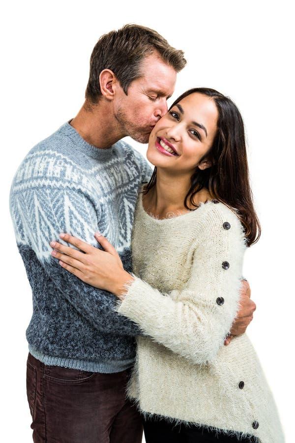 Парень целуя подругу пока обнимающ стоковые изображения rf