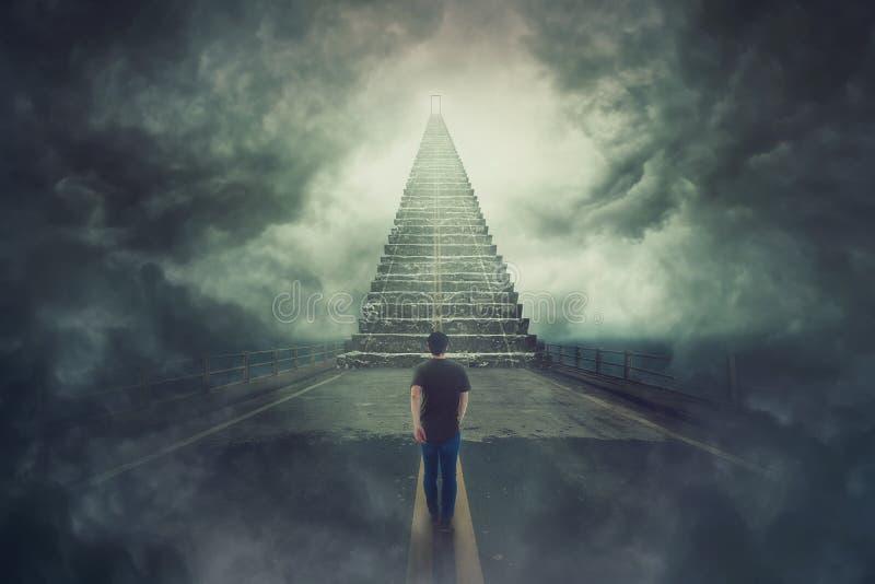 Парень Wanderer уверенный идущ сюрреалистическая дорога и нашел, что волшебная лестница пошла до дверь в небе стоковое фото rf