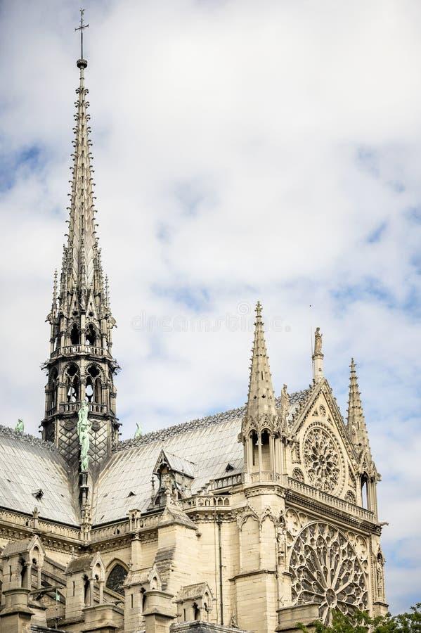 ПАРИЖ, НОТР-ДАМ: На крыше центральной ступицы, высокорослый шпиль был поднят в 1860 вызвал Flèche r стоковое фото rf