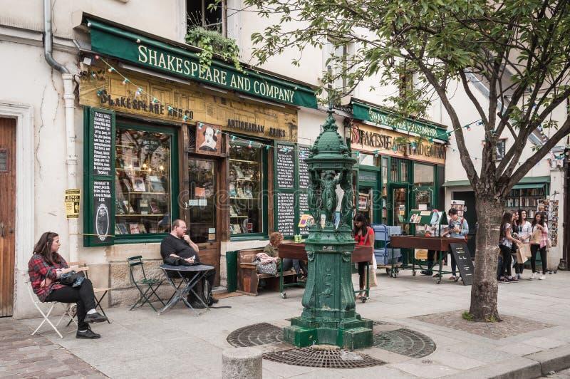 Париж - 11-ое июля 2014: Туристы вне известного bookstore Шекспир и компании стоковое фото