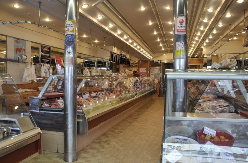 Париж, 17-ое июля: Интерьер Magasin еды в Montmartre в Париже стоковые изображения rf