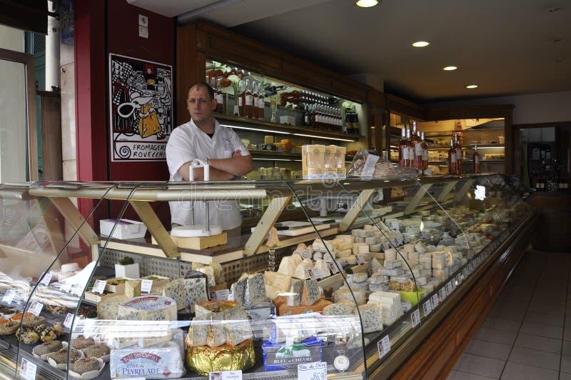 Париж, 17-ое июля: Человек продавца в магазине сыра от Montmartre в Париже стоковое изображение
