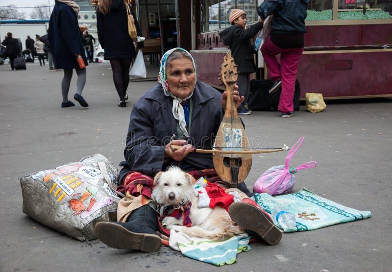Старшие игры женщины на стародедовской уникально скрипке на рынке. стоковое изображение rf