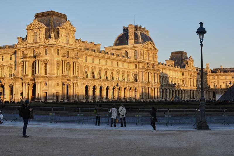 Париж, Франция - 02/08/2015: Взгляд Лувр стоковые изображения