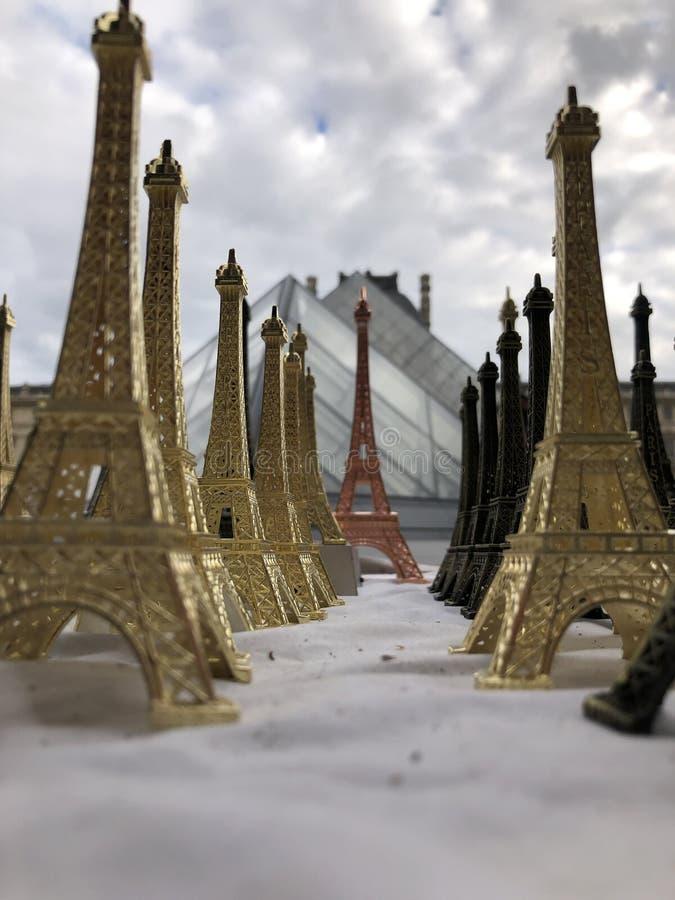 Париж, Франция, может 30-ое, 2019, сувениры Эйфелевой башни стоковое изображение
