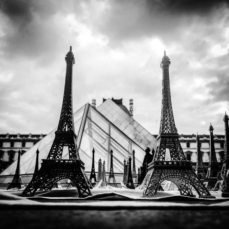 Париж, Франция, может 30-ое, 2019, сувениры Эйфелевой башни стоковые фото