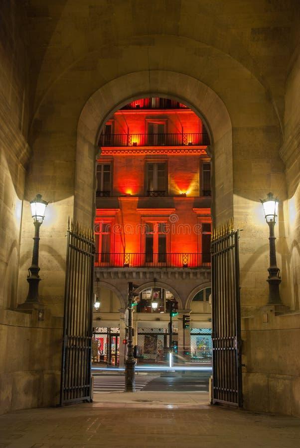 Париж, Франция - 4-ое августа 2006: Свод к галерее Vivienne загоренный уличный фонарь достопримечательность  стоковое изображение rf
