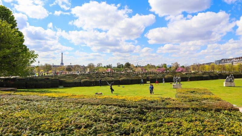 Париж/Франция - 4-ое апреля 2019: В чудесном саде Тюильри жалюзи весной Взгляд на Эйфелевой башне стоковое фото rf