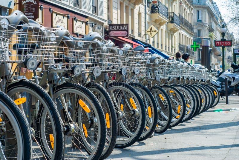 Париж, Франция - 2-ое апреля 2009: Прокат велосипеда станции Velib общественный в Париже Velib имеет самое высокое проникновение  стоковые фотографии rf
