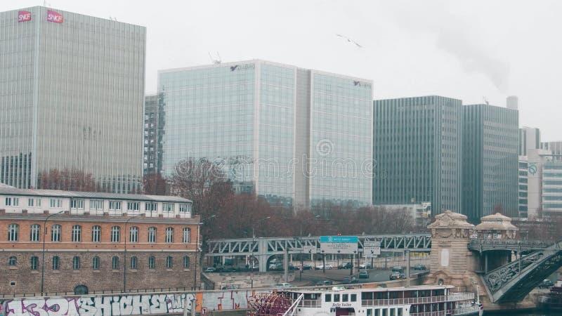 ПАРИЖ, ФРАНЦИЯ - 31-ОЕ ДЕКАБРЯ 2016 Современные офисные здания на туманный день Natixis, группа SNCF и RATP штабы стоковое фото rf