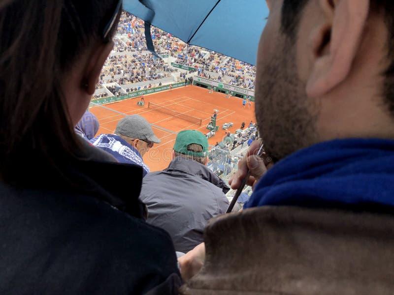 ПАРИЖ, Франция, 7-ое июня 2019: Суд Philippe Chatrier турнира грэнд слэм француза открытого, в дожде перед стоковая фотография