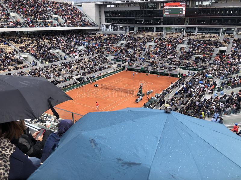 ПАРИЖ, Франция, 7-ое июня 2019: Суд Philippe Chatrier турнира грэнд слэм француза открытого, в дожде перед стоковое фото