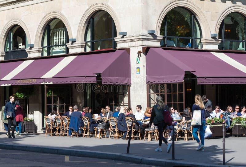 Париж, Франция 9-ое июня 2016 - Француз-русский ресторан Pouchkine кафа расположенное на месте Madeleine в Париже, Франции стоковые изображения