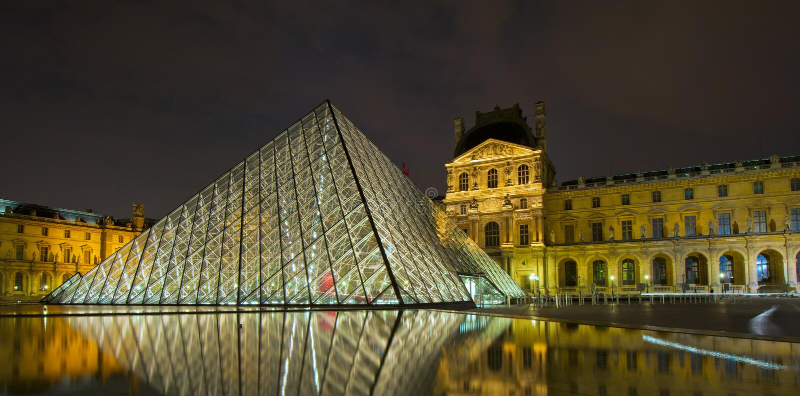 ПАРИЖ, ФРАНЦИЯ - 22-ое июля 2011: Лувр на ноче стоковые фото