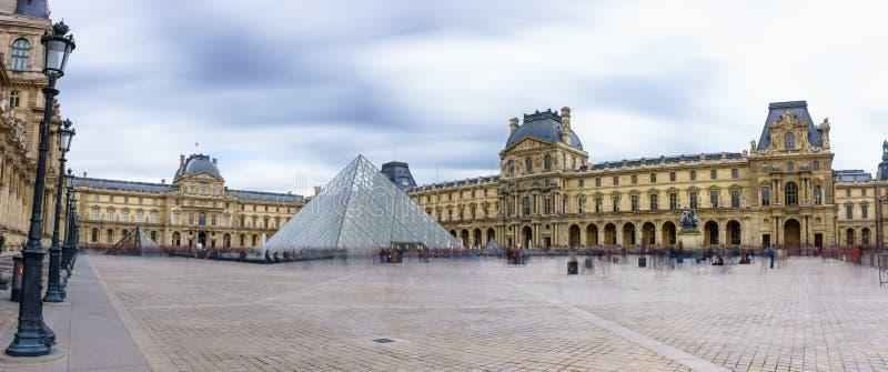 Париж, Франция - 1-ое мая 2017: Панорамный взгляд Лувра стоковые изображения