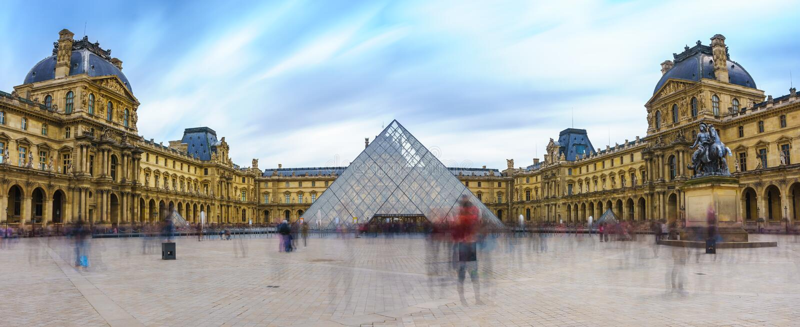 Париж, Франция - 1-ое мая 2017: Панорамный взгляд Лувра стоковое фото