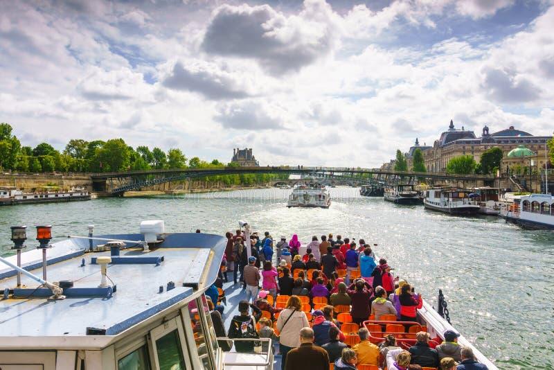 Париж, Франция - 1-ое мая 2017: Туристы курсируют на Сене стоковые изображения