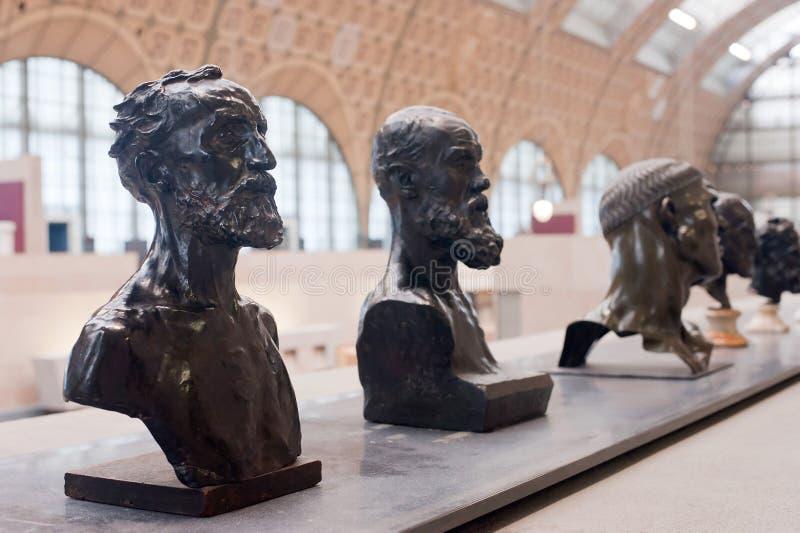 """Париж, Франция - 9-ое ноября 2017 Статуи Auguste Rodin, находились на музее Quai d """"Orsay в Париже Франция стоковая фотография rf"""