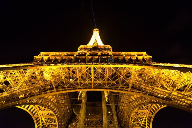 ПАРИЖ, ФРАНЦИЯ - 12-ОЕ ОКТЯБРЯ 2014: Эйфелева башня на ноче стоковая фотография rf