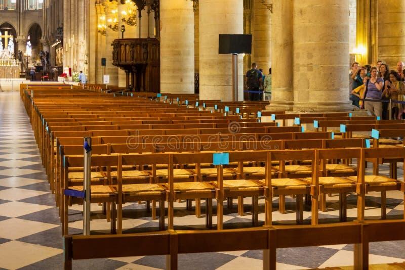ПАРИЖ, ФРАНЦИЯ - 23-ЬЕ ИЮНЯ 2017: Интерьер церков Нотр-Дам de Парижа стоковые изображения