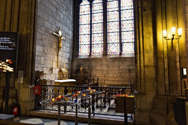 ПАРИЖ, ФРАНЦИЯ - 23-ЬЕ ИЮНЯ 2017: Интерьер церков Нотр-Дам de Парижа стоковое фото rf