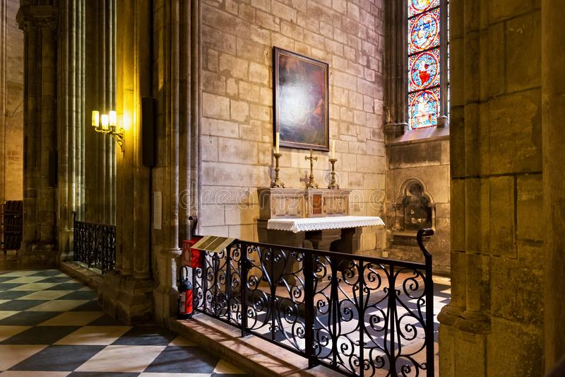 ПАРИЖ, ФРАНЦИЯ - 23-ЬЕ ИЮНЯ 2017: Интерьер церков Нотр-Дам de Парижа стоковые изображения rf