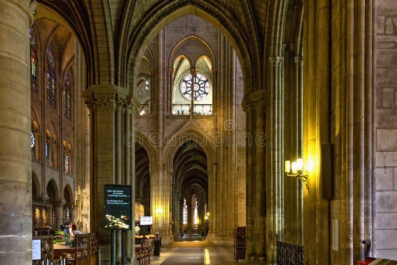 ПАРИЖ, ФРАНЦИЯ - 23-ЬЕ ИЮНЯ 2017: Интерьер церков Нотр-Дам de Парижа стоковые фото