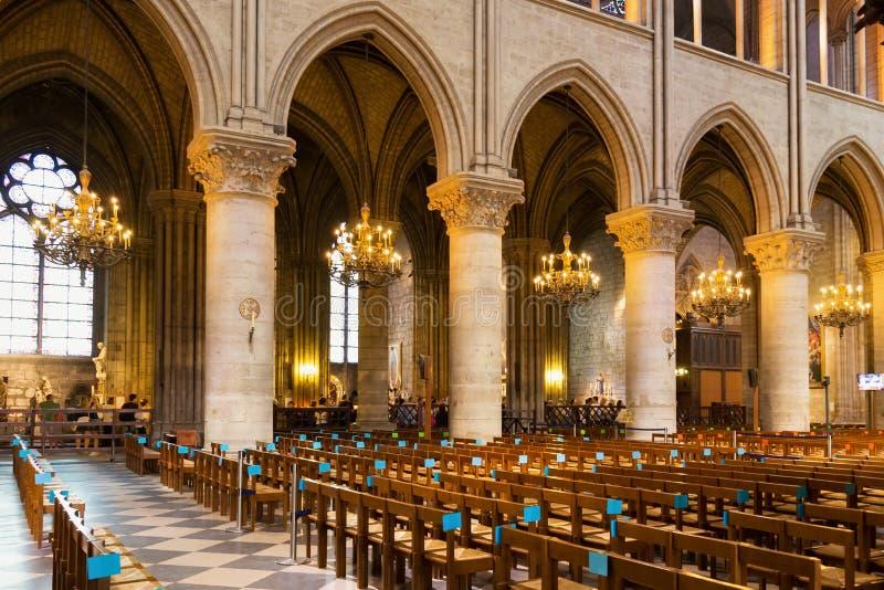 ПАРИЖ, ФРАНЦИЯ - 23-ЬЕ ИЮНЯ 2017: Интерьер церков Нотр-Дам de Парижа стоковое фото