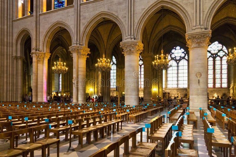 ПАРИЖ, ФРАНЦИЯ - 23-ЬЕ ИЮНЯ 2017: Интерьер церков Нотр-Дам de Парижа стоковая фотография