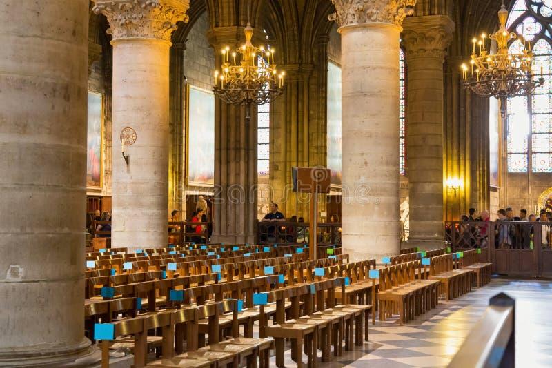ПАРИЖ, ФРАНЦИЯ - 23-ЬЕ ИЮНЯ 2017: Интерьер церков Нотр-Дам de Парижа стоковая фотография rf