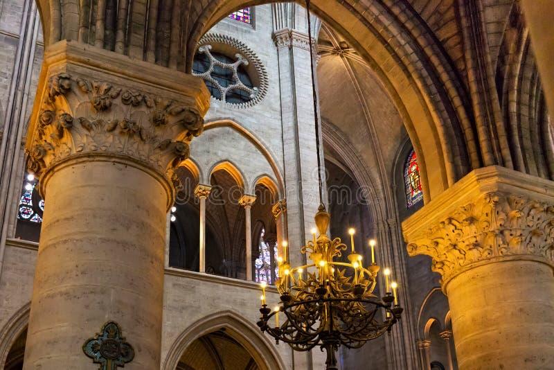 ПАРИЖ, ФРАНЦИЯ - 23-ЬЕ ИЮНЯ 2017: Старый потолок в церков Нотр-Дам de Парижа стоковое фото rf