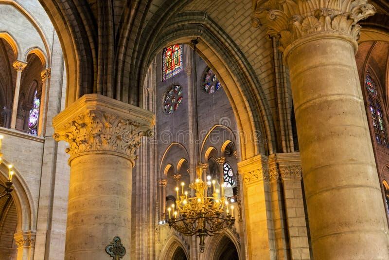 ПАРИЖ, ФРАНЦИЯ - 23-ЬЕ ИЮНЯ 2017: Старый потолок в церков Нотр-Дам de Парижа стоковое изображение rf