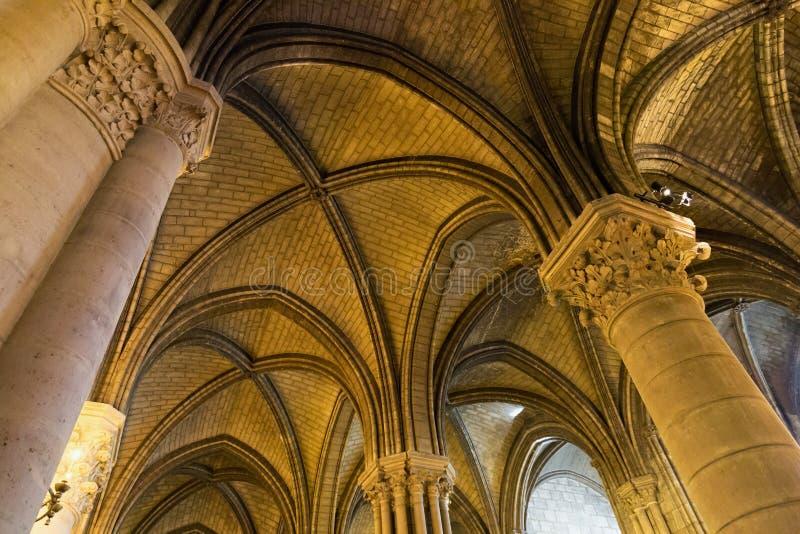 ПАРИЖ, ФРАНЦИЯ - 23-ЬЕ ИЮНЯ 2017: Старый потолок в церков Нотр-Дам de Парижа стоковые изображения